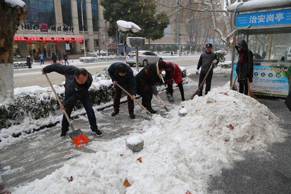 荆门市口腔医院职工除雪抗冰 确保医疗工作正常开展